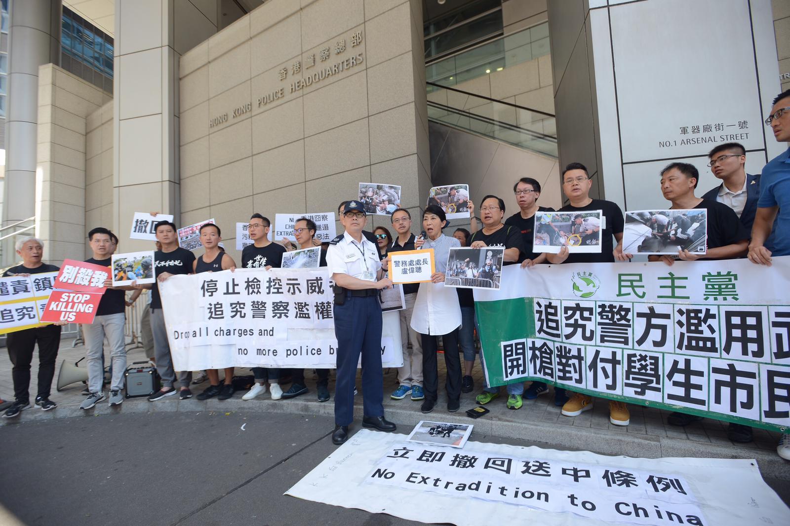毛孟靜(中)等泛民議員到警察總部抗議,譴責警方濫用武力對付示威者。