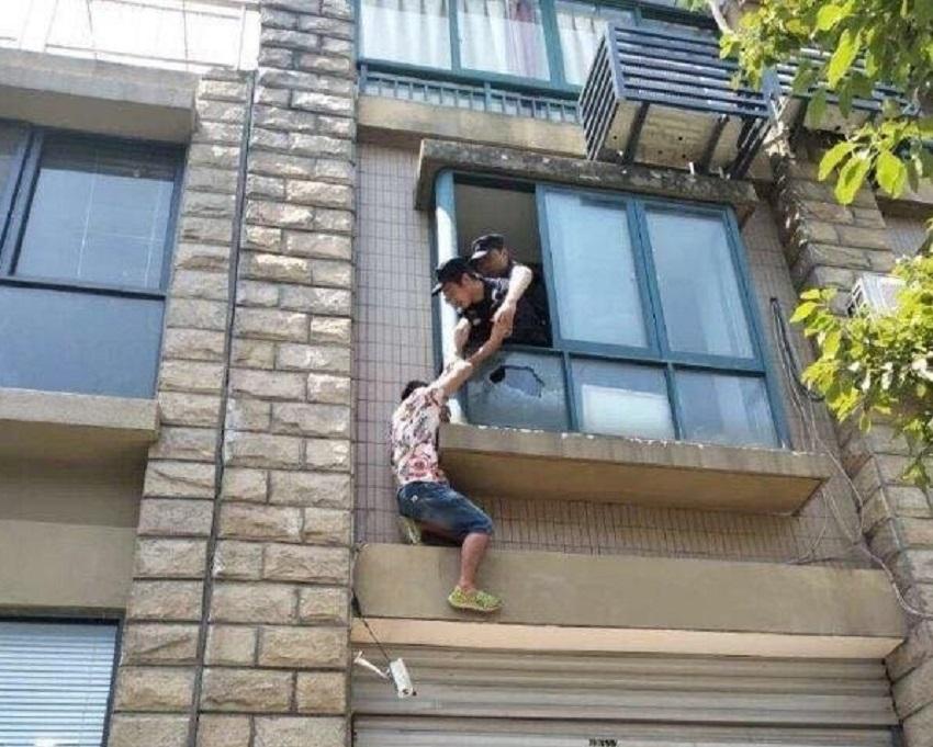 杭州28歲男子爬窗欲跳樓獲救。網上圖片