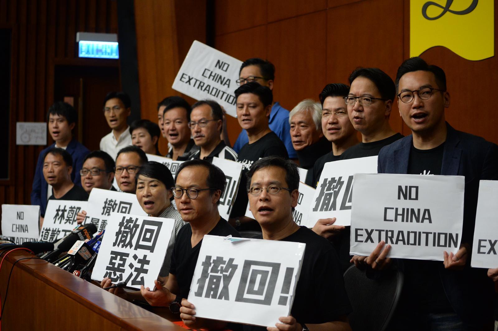 泛民促林郑问责下台。