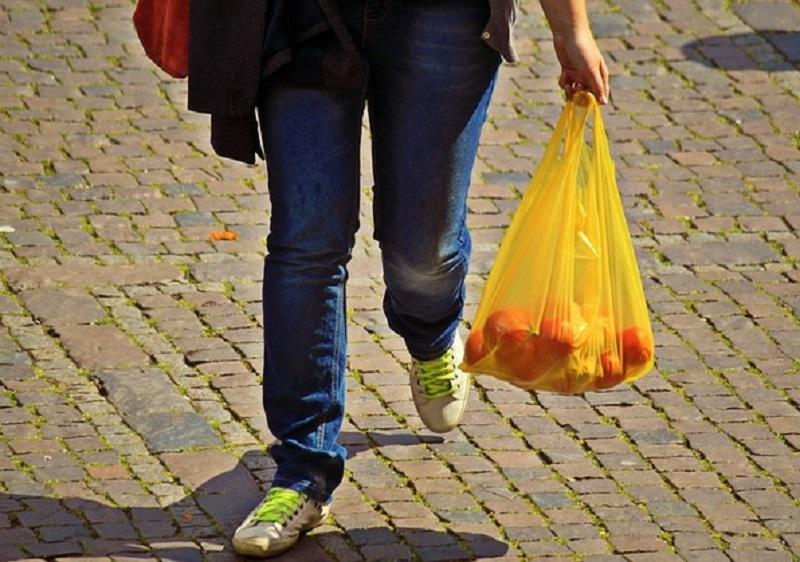 日本拟明年4月起实施胶袋收费。网上图片