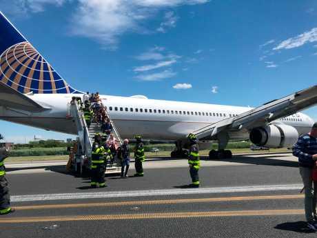 联合航空一架飞机今天在纽约纽瓦克自由国际机场降落时爆胎,客机有一部分滑出跑道。