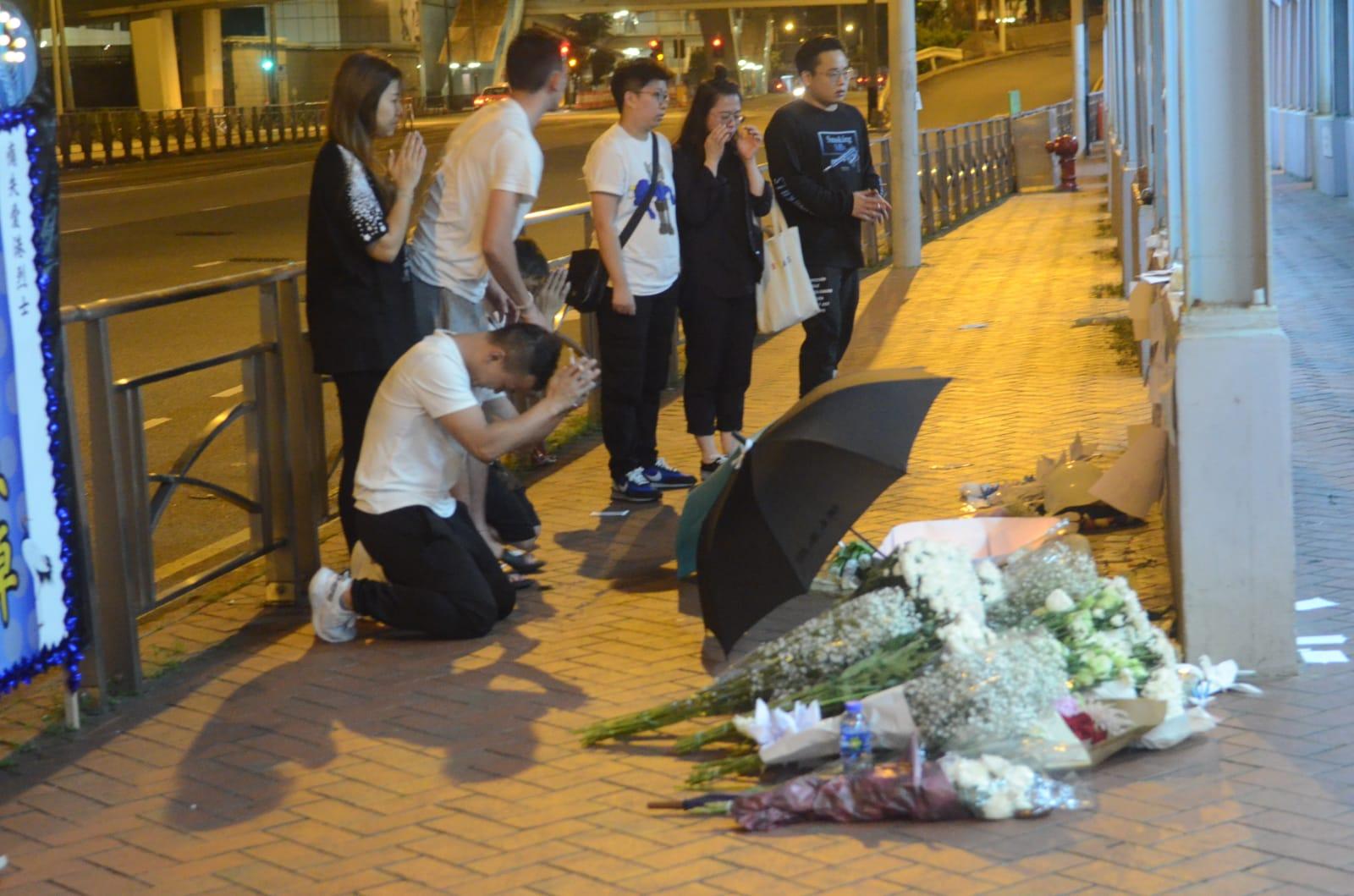 市民带同鲜花到现场悼念。