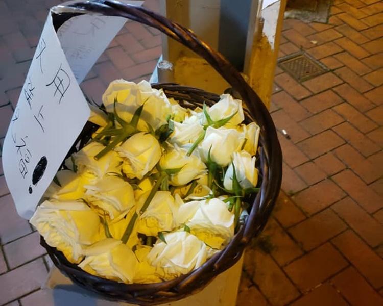 有人在場放置一籃白花,讓有心人取用。FB「巴打絲打 Facebook Club」Law Man圖片