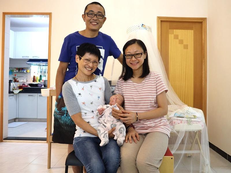 植先生一家融洽相處,植母(左)將媳婦(右)視為親生女兒。