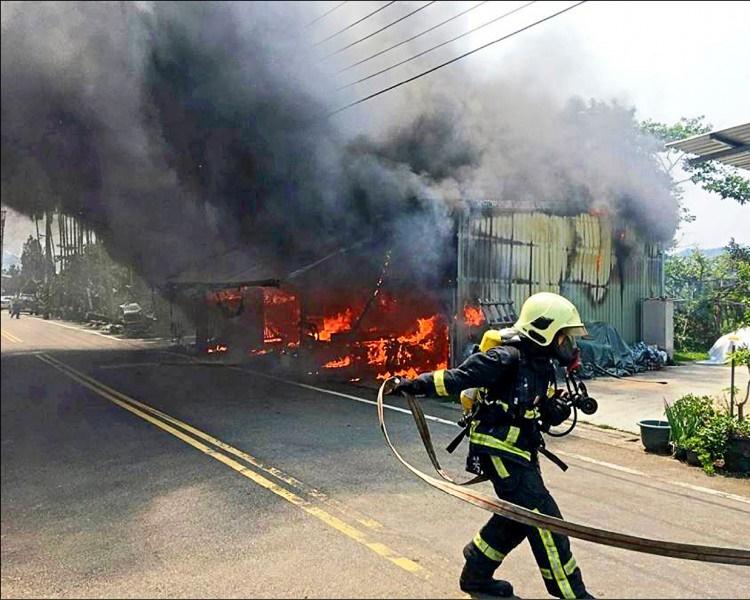 铁皮屋被大火吞噬付之一炬。