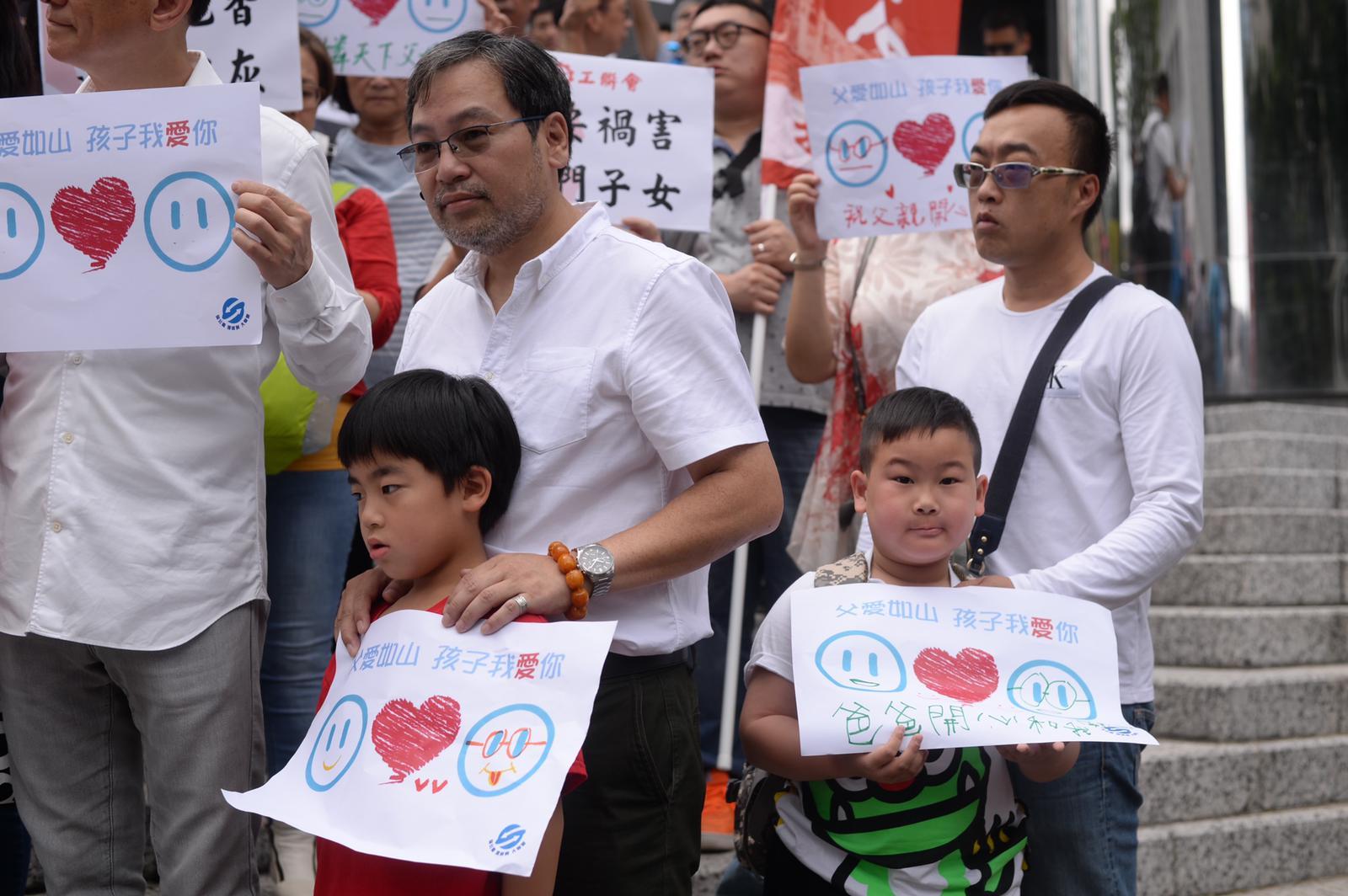 有父親帶同孩子一起寫心意卡。