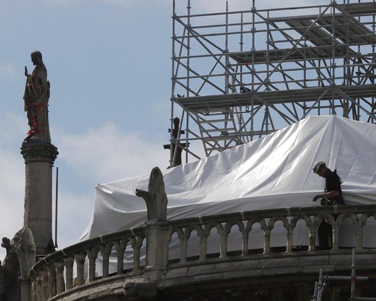 大火中聖母院的上蓋受到嚴重損毀及坍塌。AP