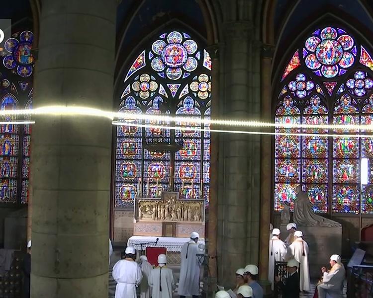 神職人員、信眾都戴上白色的頭盔。AP