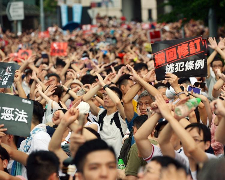 大批市民參加民陣上周日發起的遊行。資料圖片
