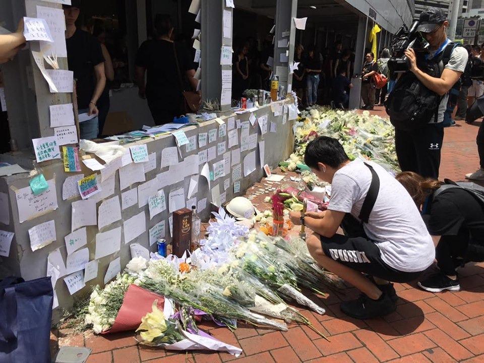 市民帶同鮮花到太古廣場悼念。FB「香港突發事故報料區」Tony Tam圖片