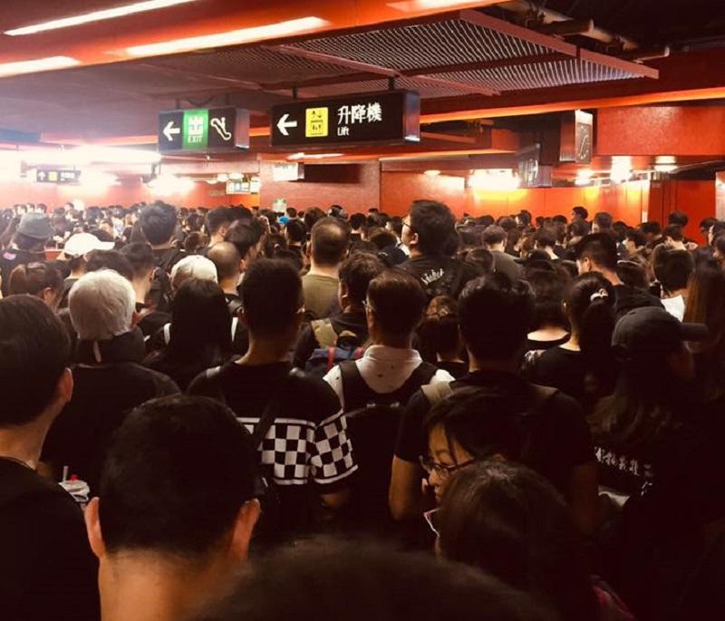 天后港鐵站出現大批身穿黑色或素色衣服的市民。網民Gloria Lam 圖片