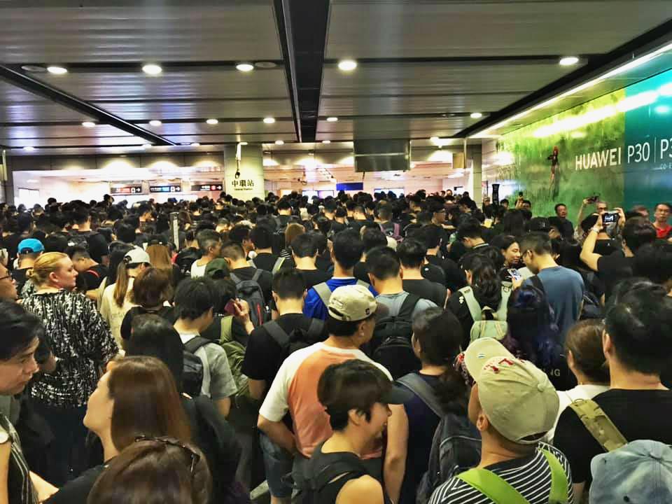 香港站往中環站方向水洩不通。網民Billy Leung圖片