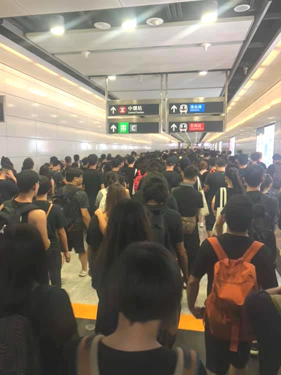 香港站往中環站方向水洩不通。Lo Mei Yi 圖片