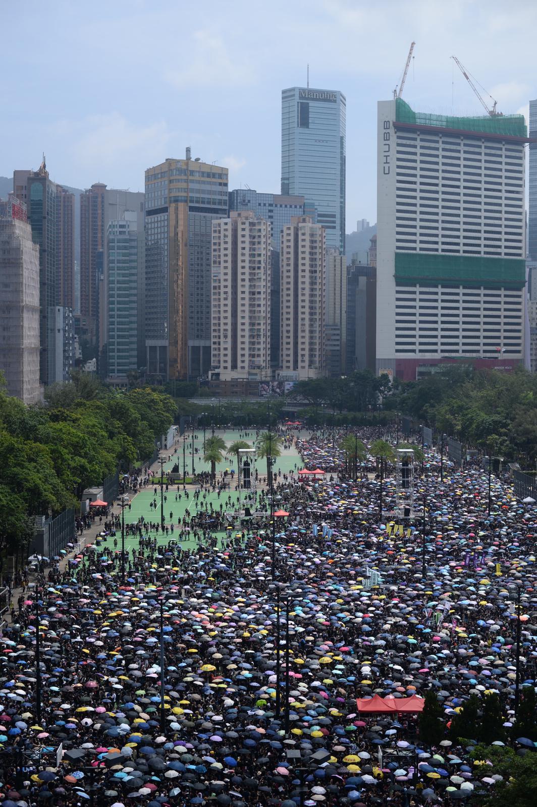 參與遊行的市民響應呼籲,穿上黑衣。