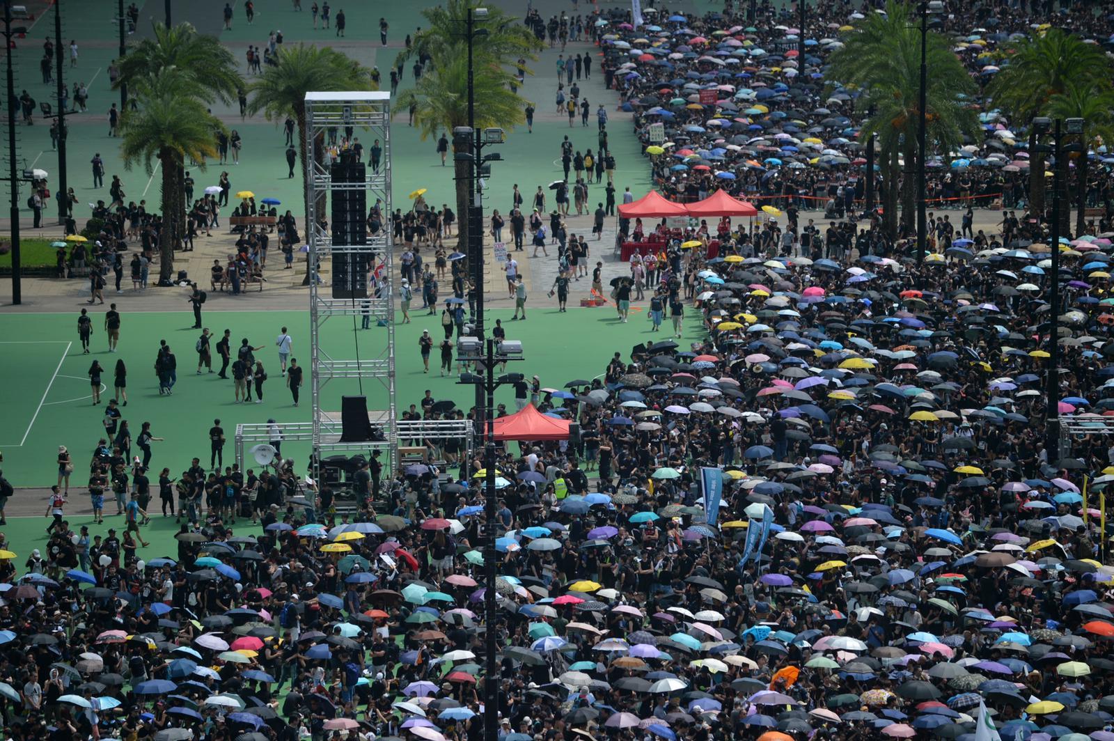 民陣呼籲巿民穿黑衣和戴上白絲帶遊行。