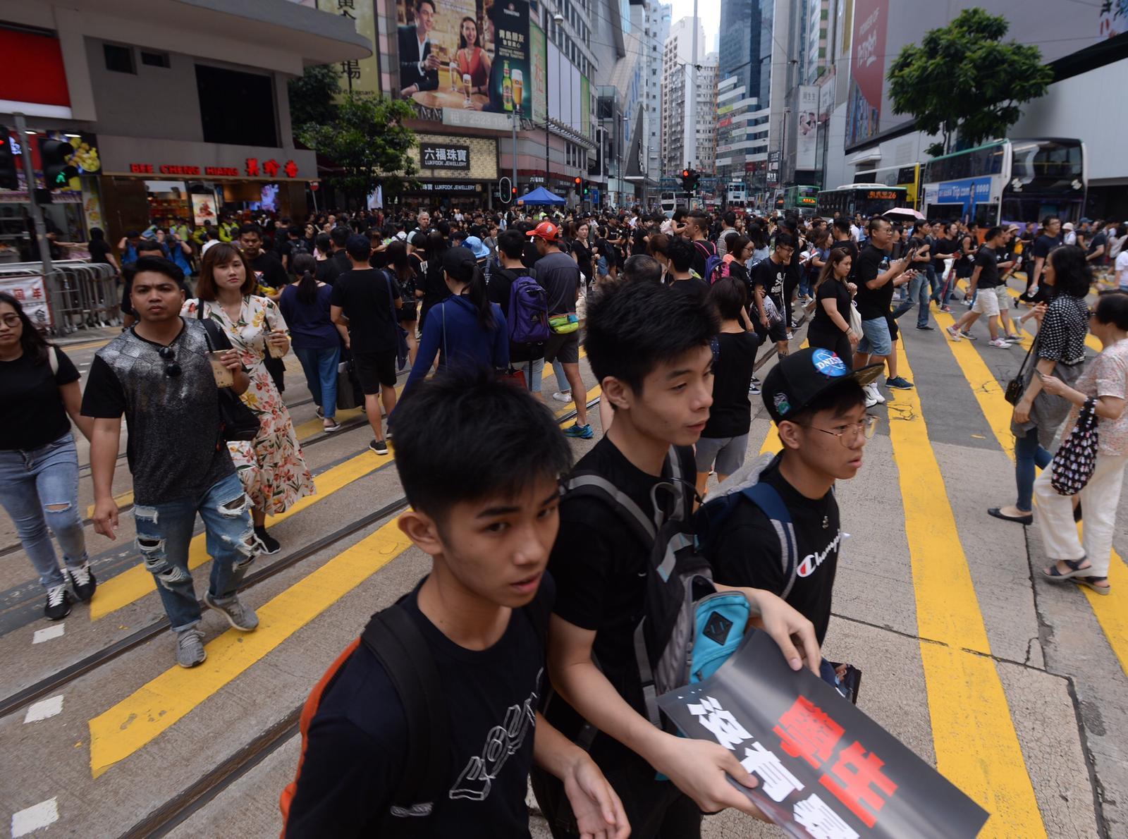 銅鑼灣街頭下午遊行前,已擠滿黑衣人群。