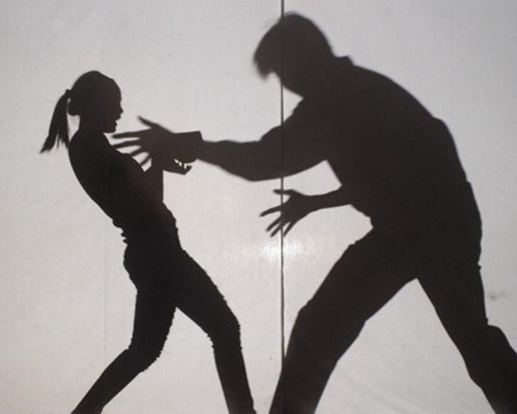 狼男拉智障女入厠所性侵。配圖與本文無關