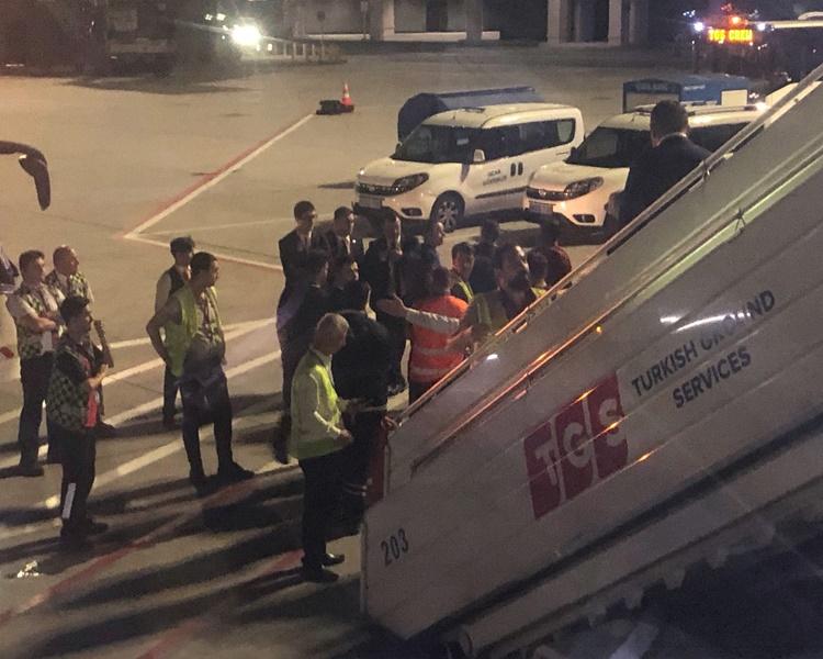 警員登機把該名男子押走。AP