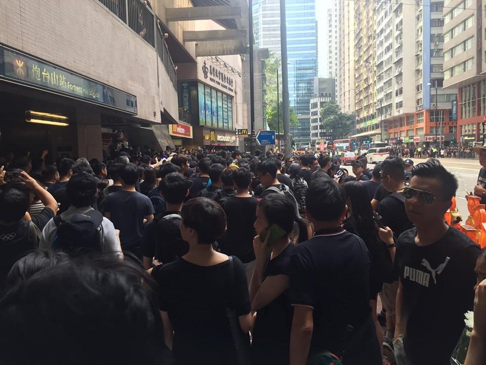 有市民從北角站行去炮台山站。香港突發事故報料區Sara Liu