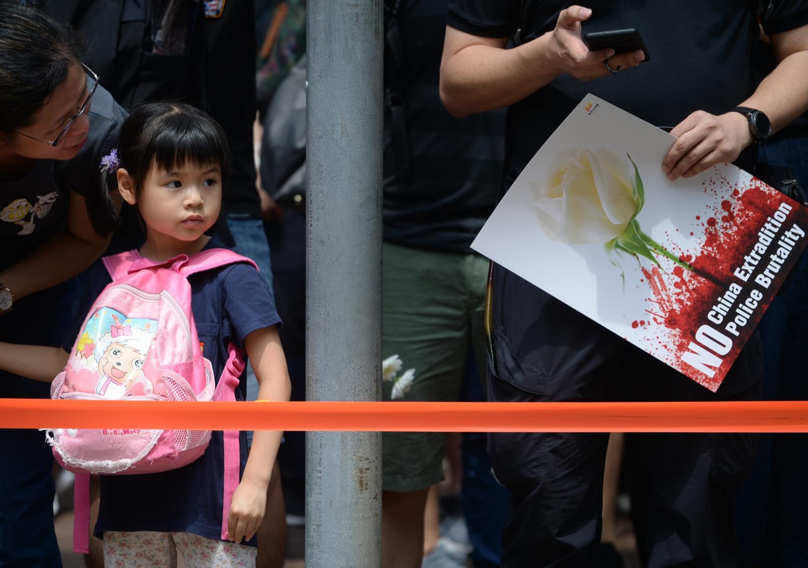 有市民帶同小朋友出席遊行。