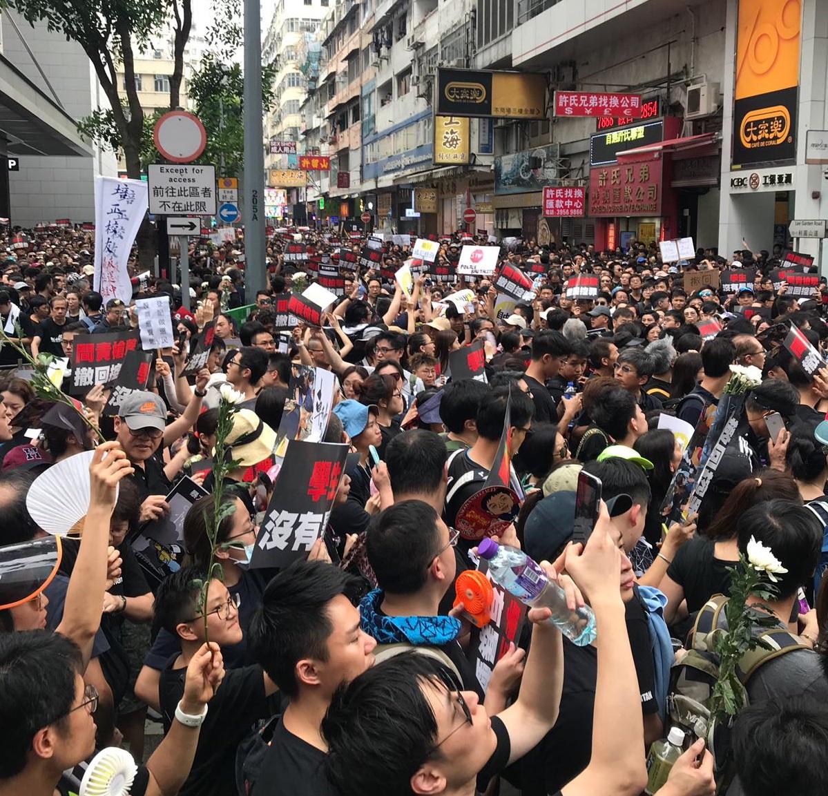 大批市民遊行。