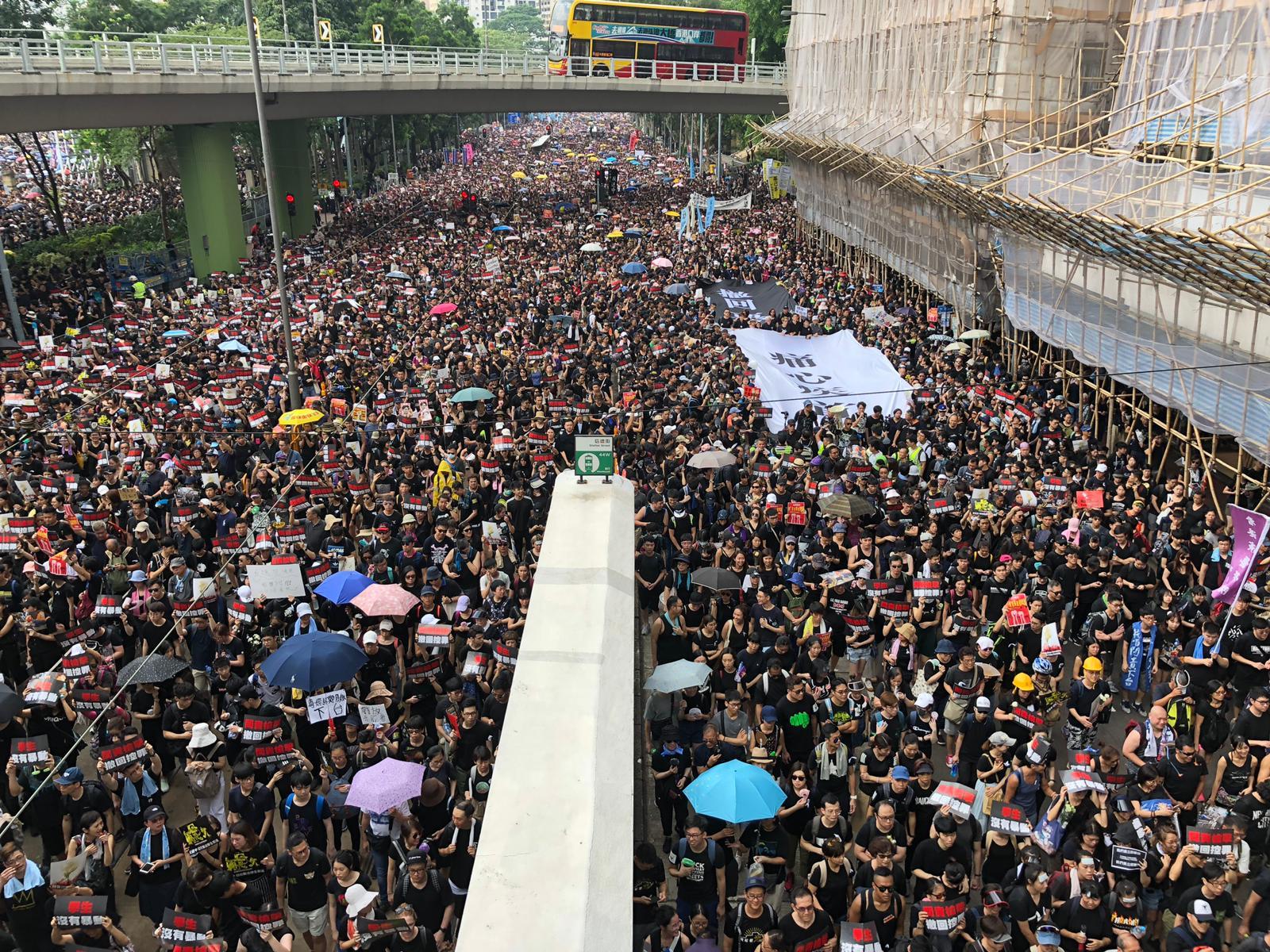 遊行人士擠滿行車線。