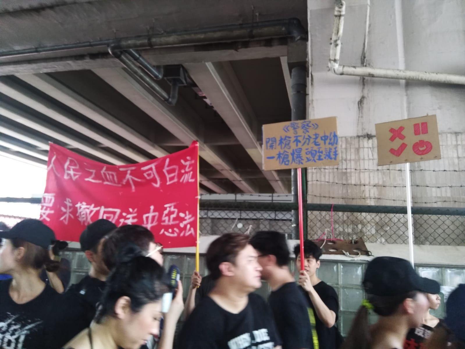 【逃犯條例】民陣遊行拉「痛心疾首」橫幅出發 黑衣市民擠滿維園