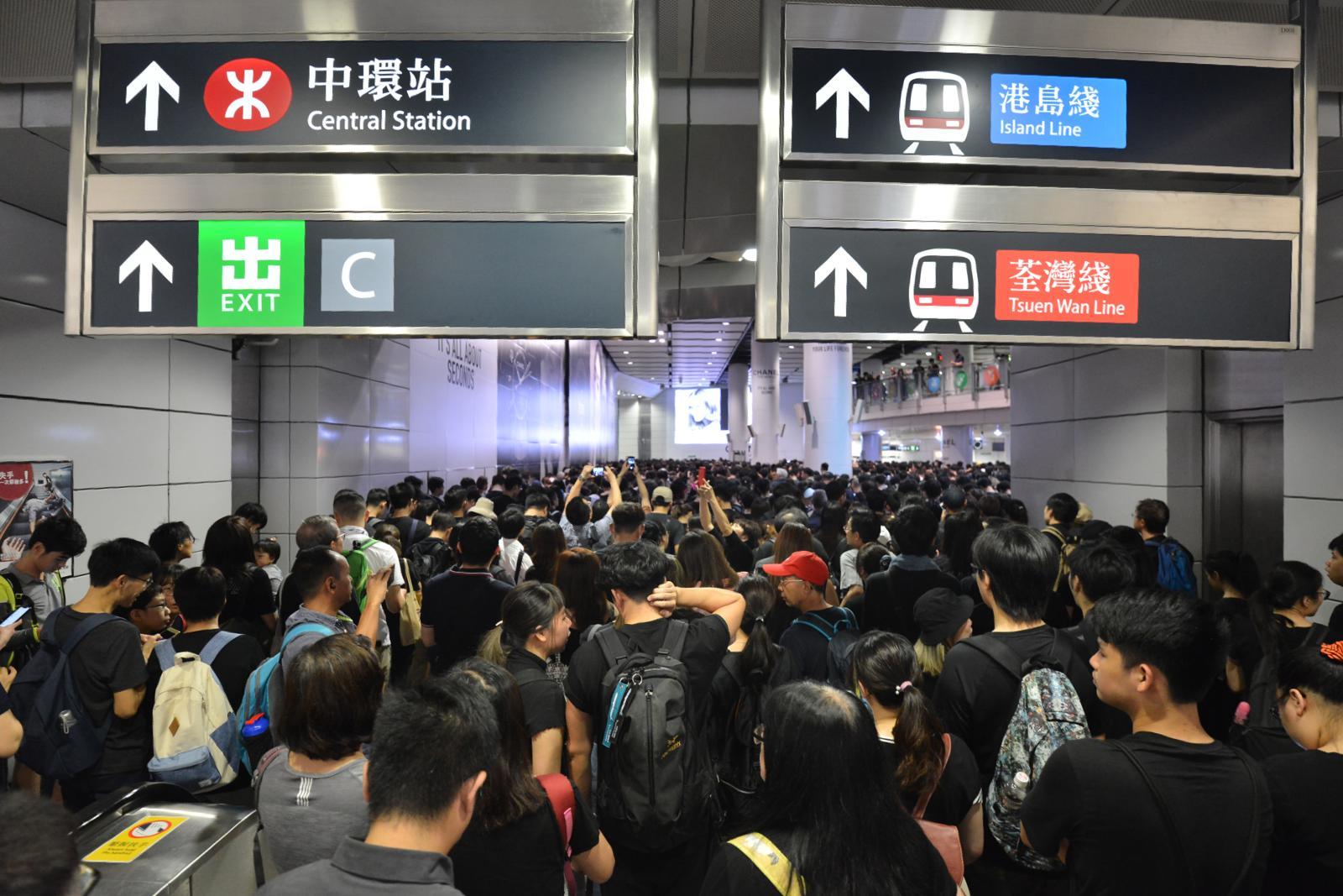 香港站往中環站正實施人潮管制