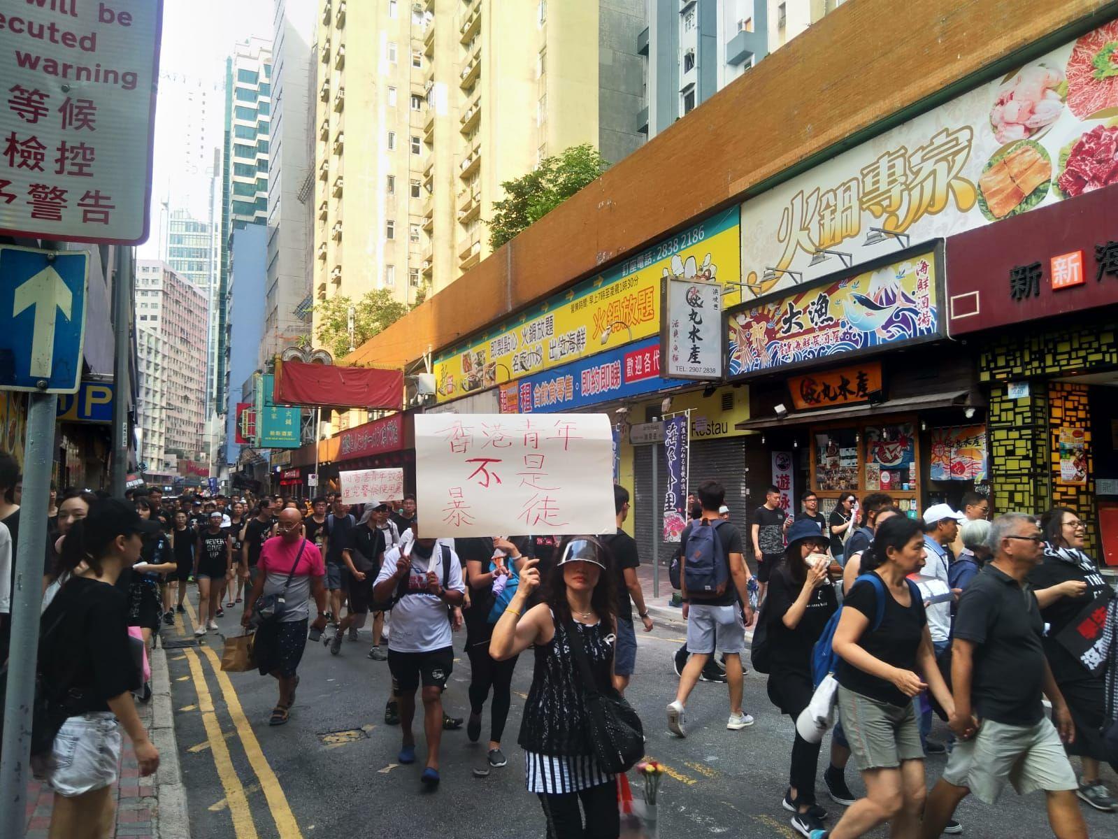 有遊行人士高舉「香港青年不是暴徒」等標語。