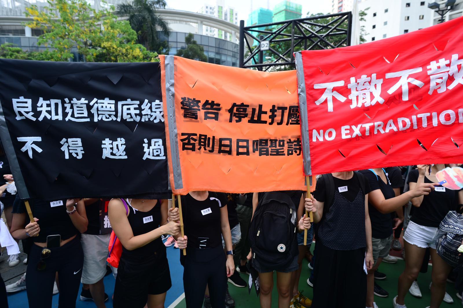 市民舉牌抗議政府未有撤回修例。