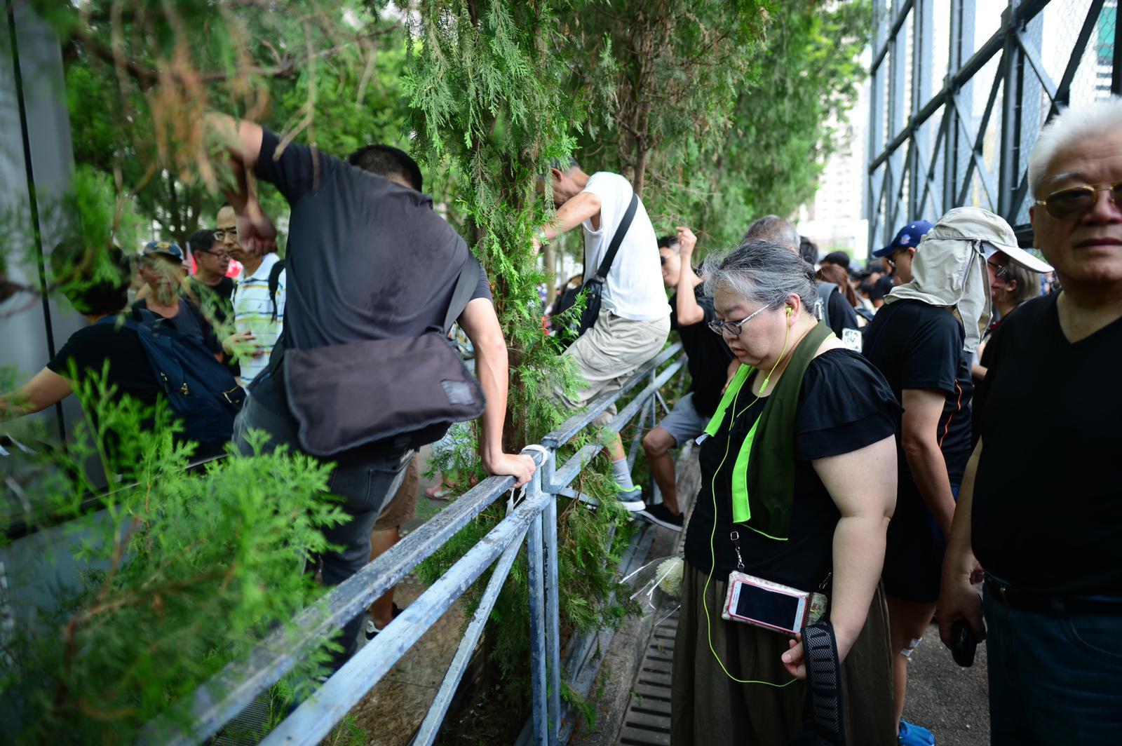 市民在維園等得太久,跨過圍欄直接加入遊行