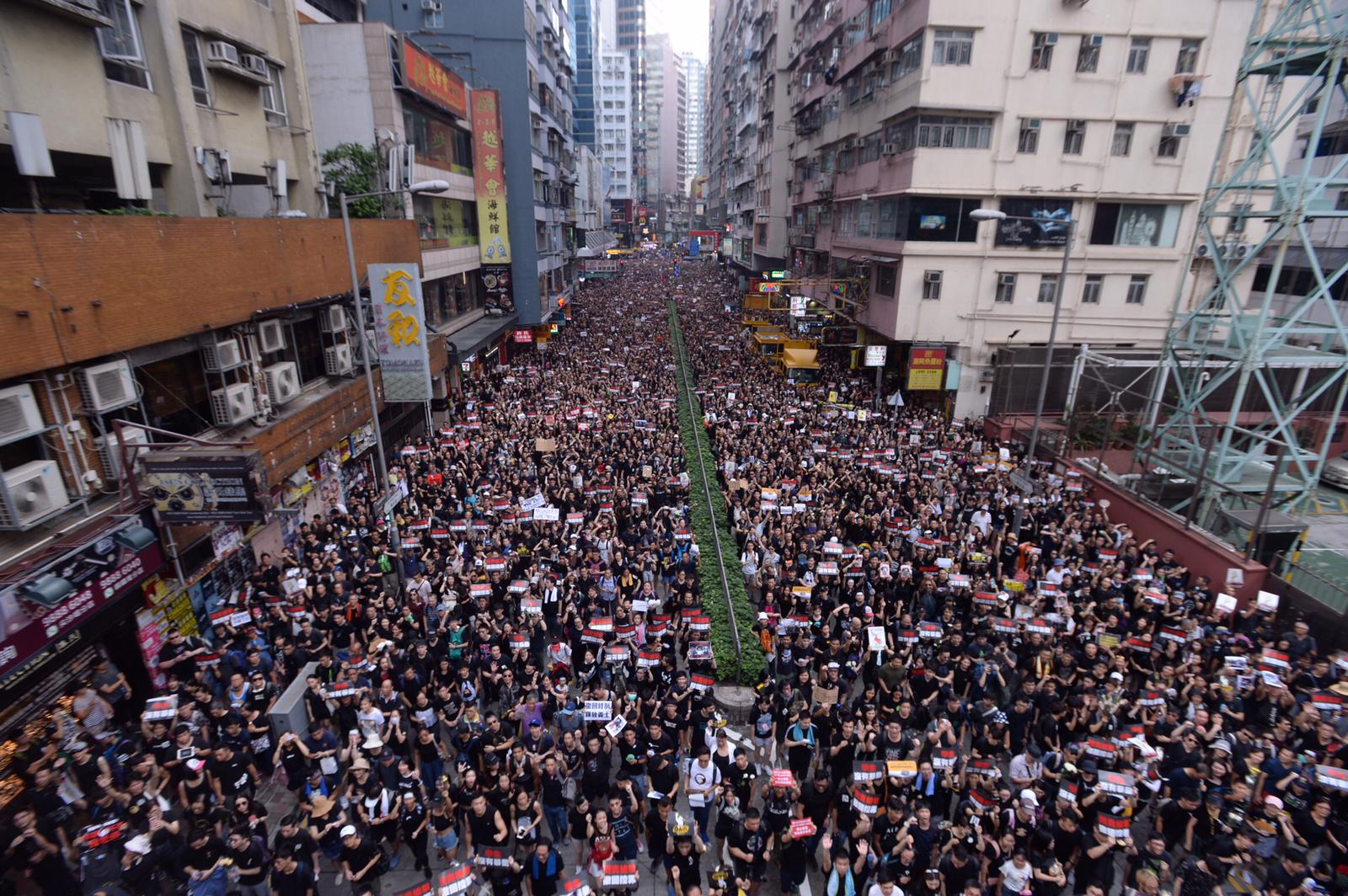 駱克道迫滿遊行市民