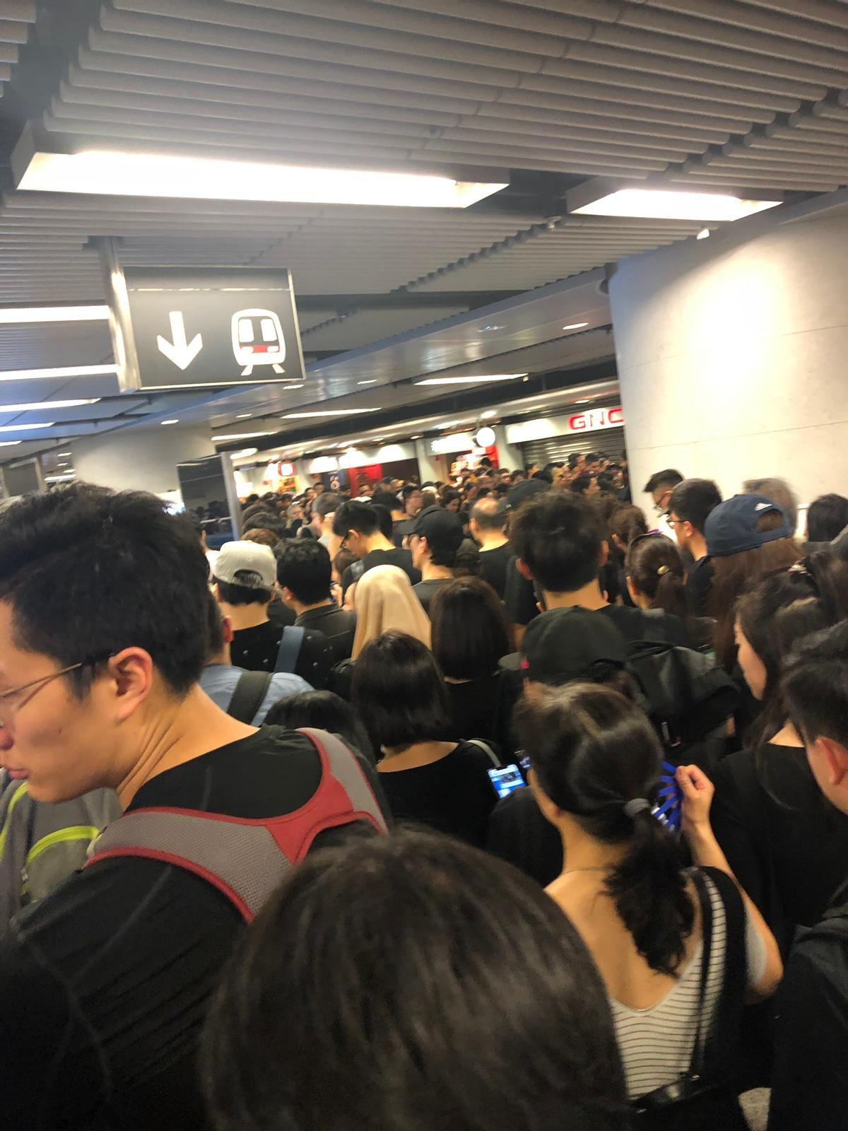 金鐘港鐵站大堂目前仍然人山人海。