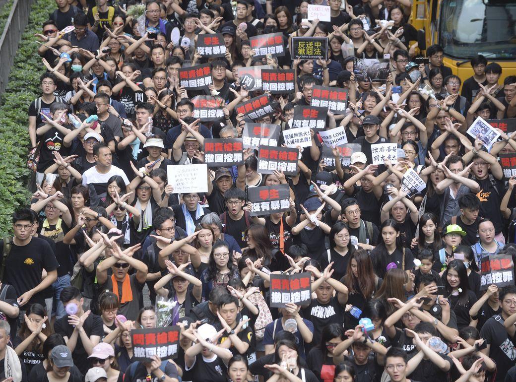 大批市民身穿黑衣參與遊行。
