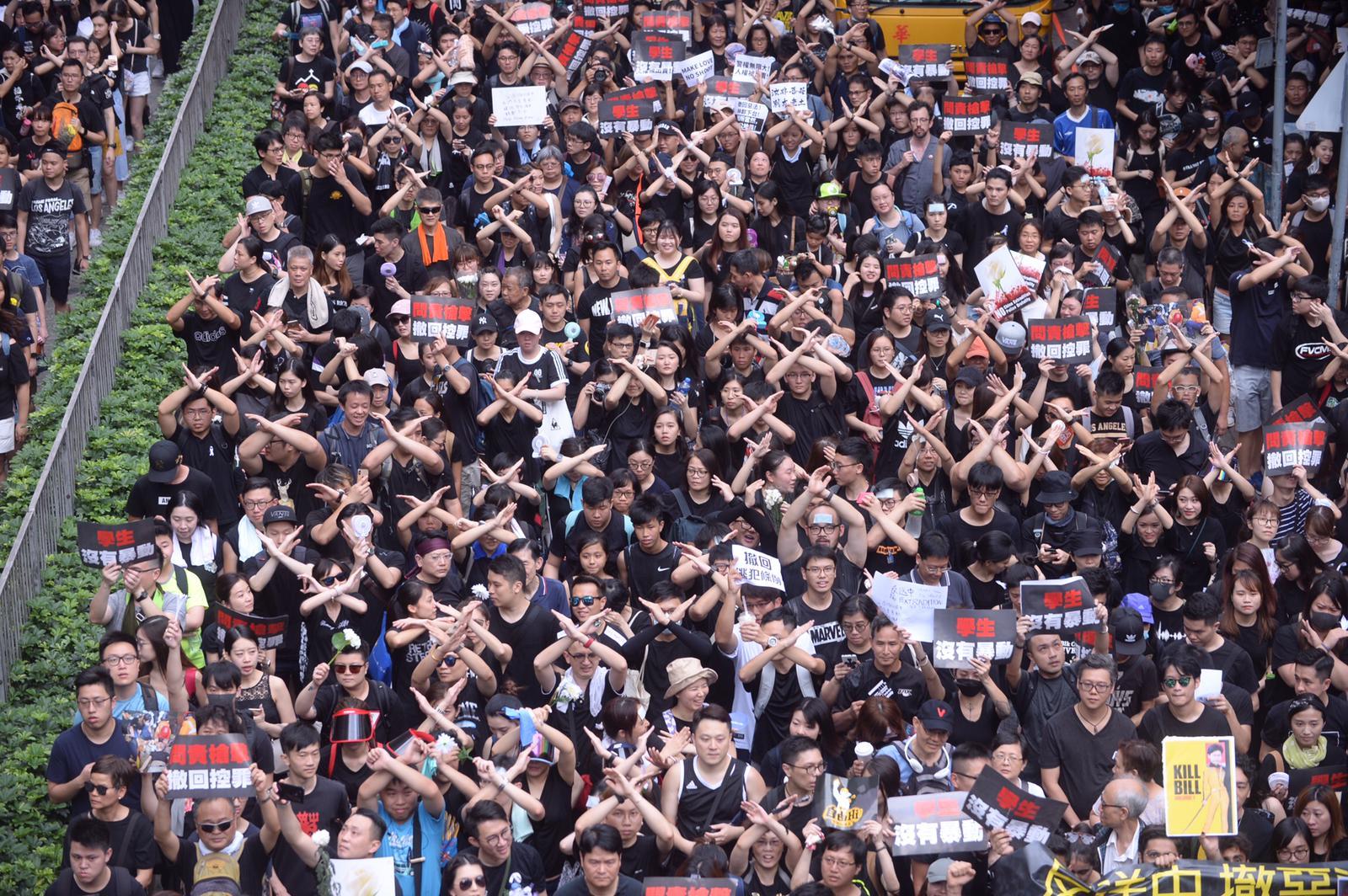 大批示威者上街