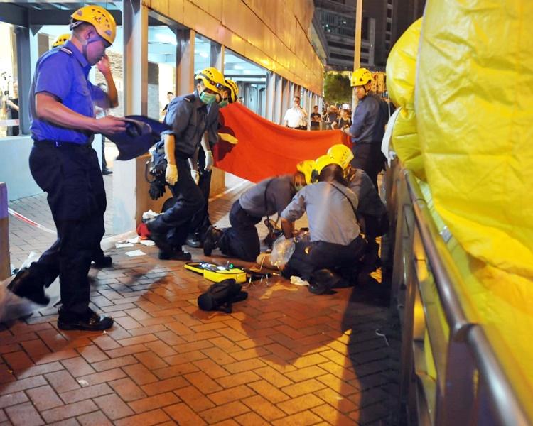 示威者昨日在太古廣場外墮下身亡。資料圖片
