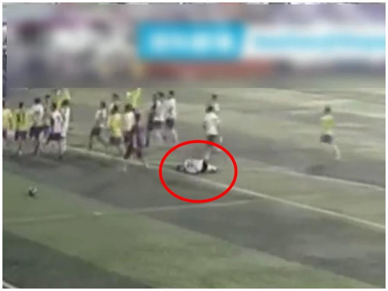 白衣球員受傷倒地(紅圈示),雙方人馬球場上混戰。影片截圖
