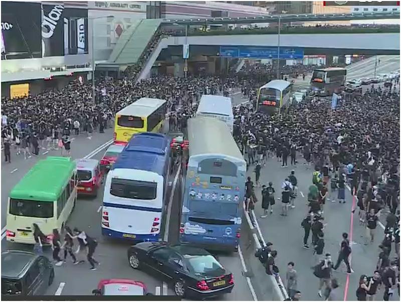 示威者佔用夏慤道行車線。有綫截圖