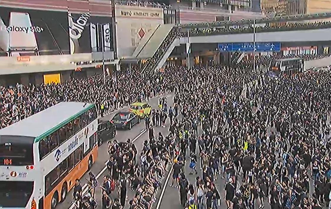 示威者佔用夏慤道行車線。無綫截圖