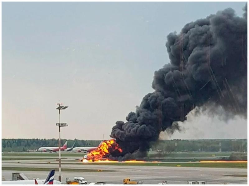 客機燒成火球。AP