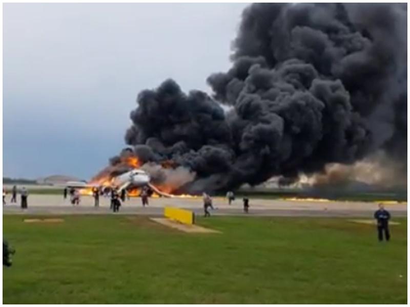 客機燒成火球。網圖