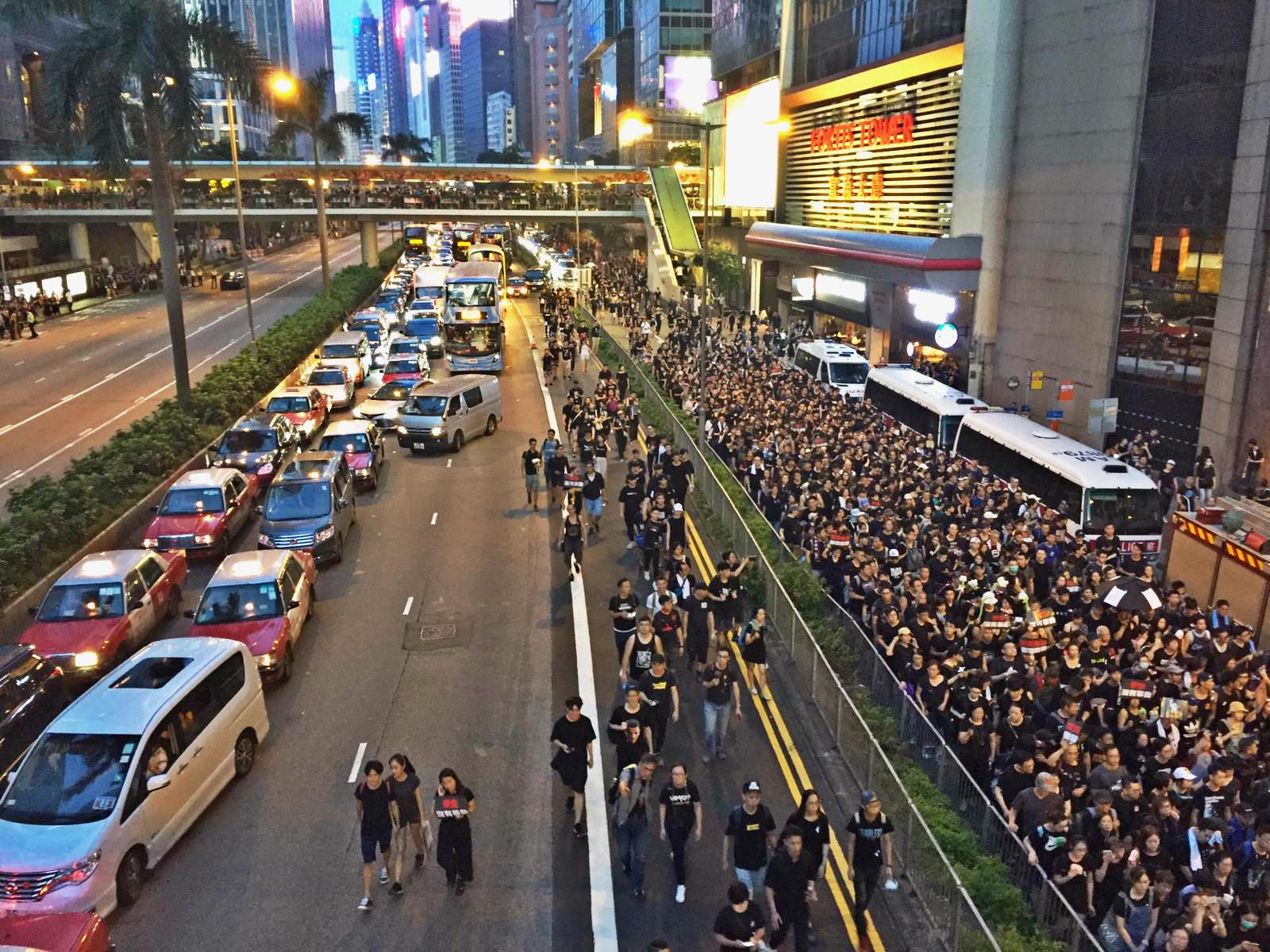 大批示威者衝出告士打道西行主行車綫。