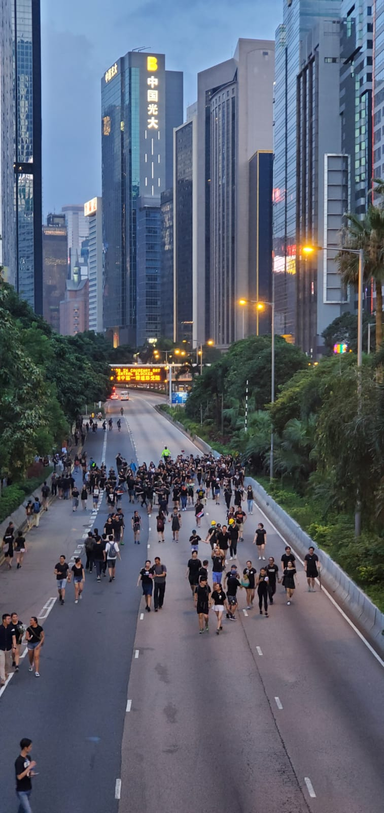 示威者衝出告士打道東行綫。