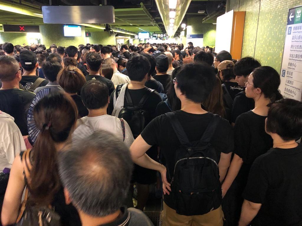 灣仔港鐵站現時因無法入閘,導致大堂聚集大批市民。