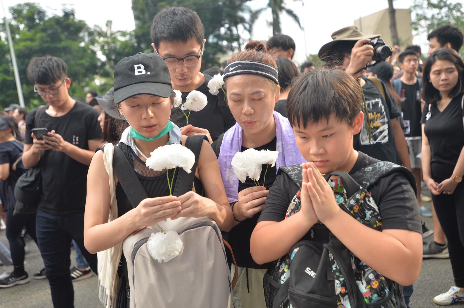 遊行人士在太古廣場外悼念墮地身亡的示威者