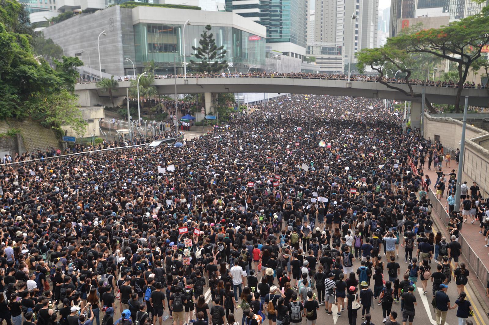 金鐘太古廣場外大批遊行人士