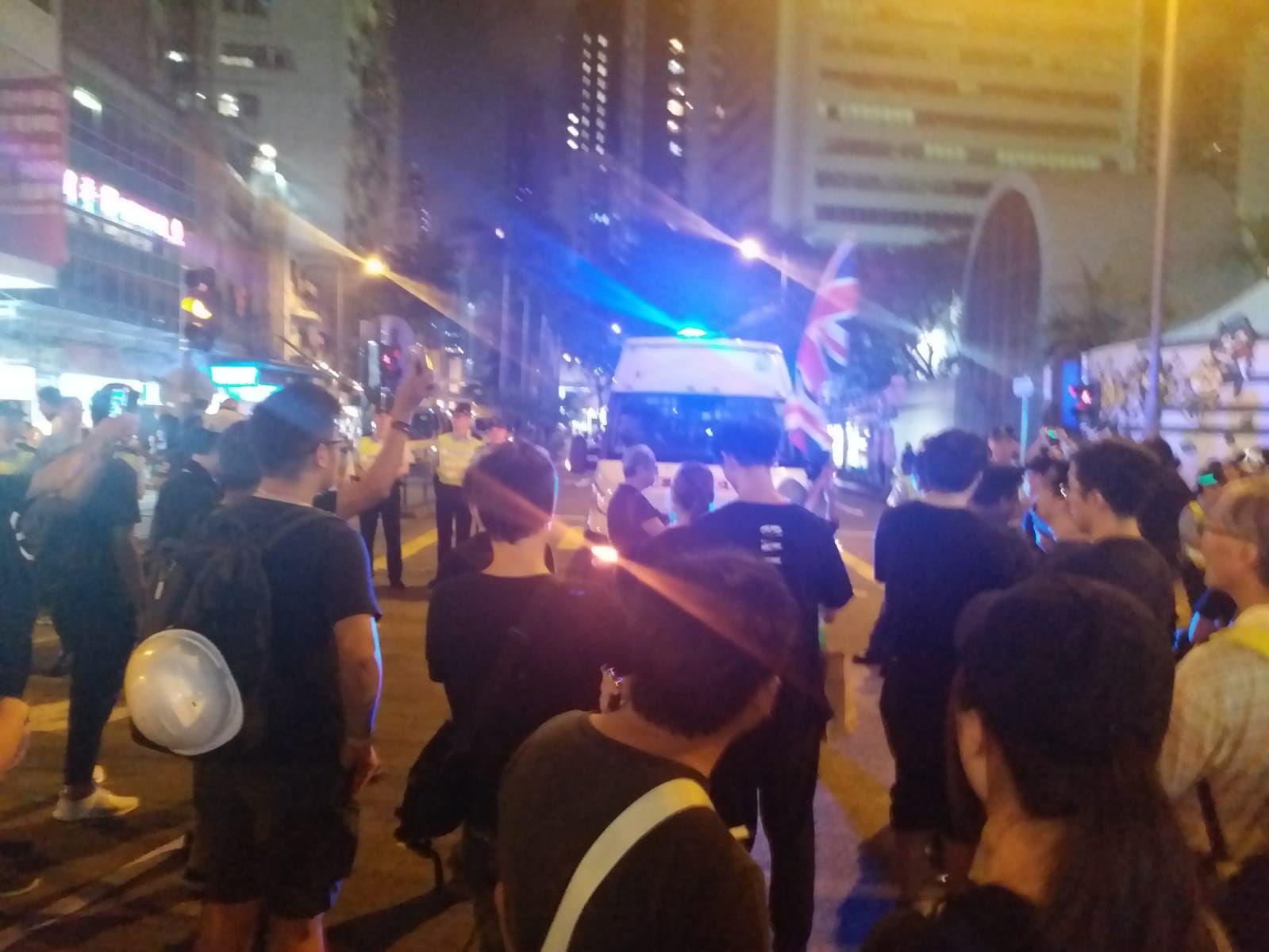 有遊行人士在軒尼詩道與警方發生衝突。
