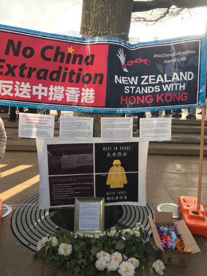 奧克蘭有人帶同白色鮮花悼念金鐘墮樓示威者。「全球集氣反送中」facebook