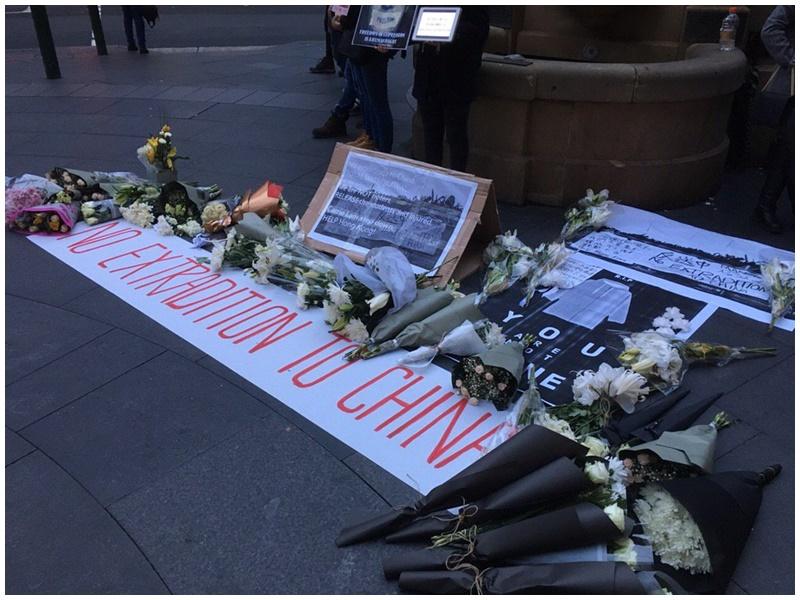 雪梨有人帶同白色鮮花悼念金鐘墮樓示威者。「全球集氣反送中」facebook