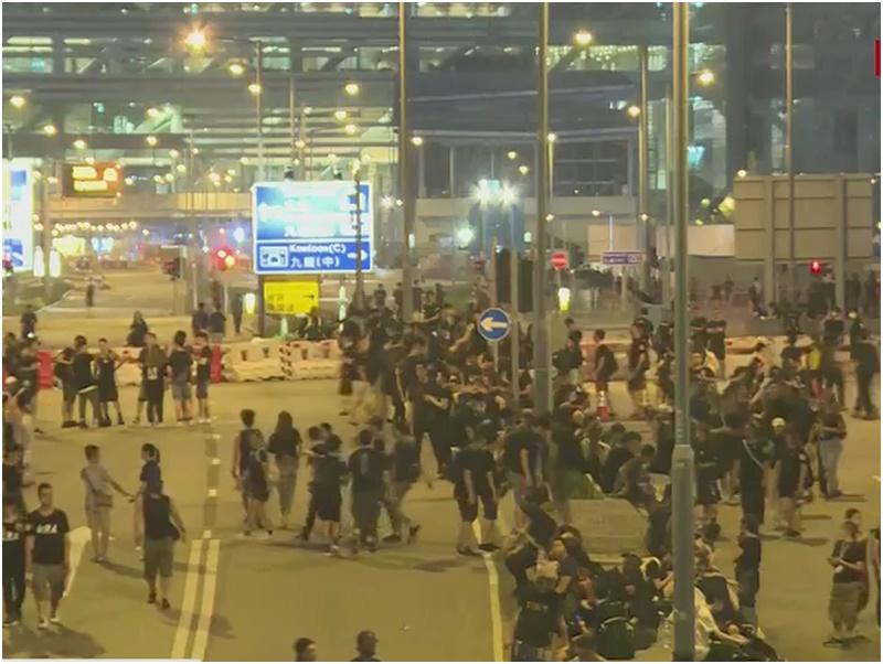 龍和道有示威者搬出水馬做路障。有綫截圖
